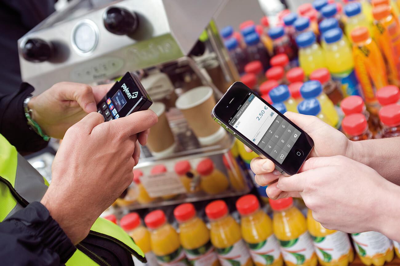 In einem Lebensmittelladen wird eine payleven-Kartenzahlung durchgeführt
