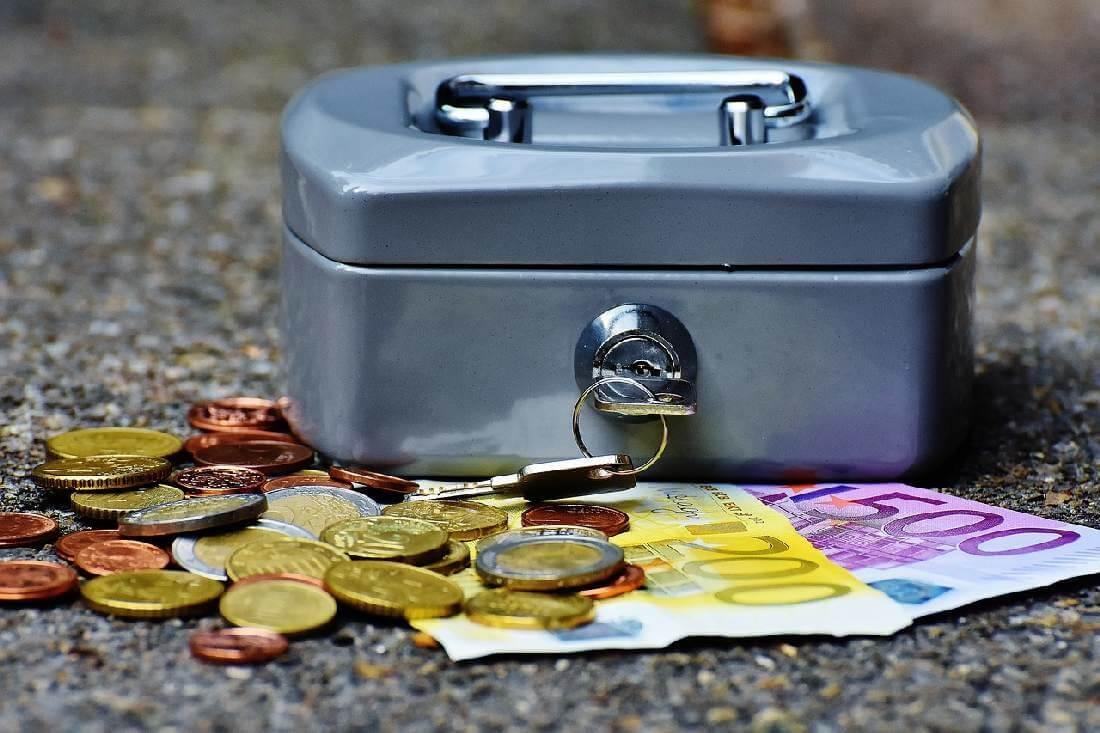 Kasse, Geldscheine und Münzen